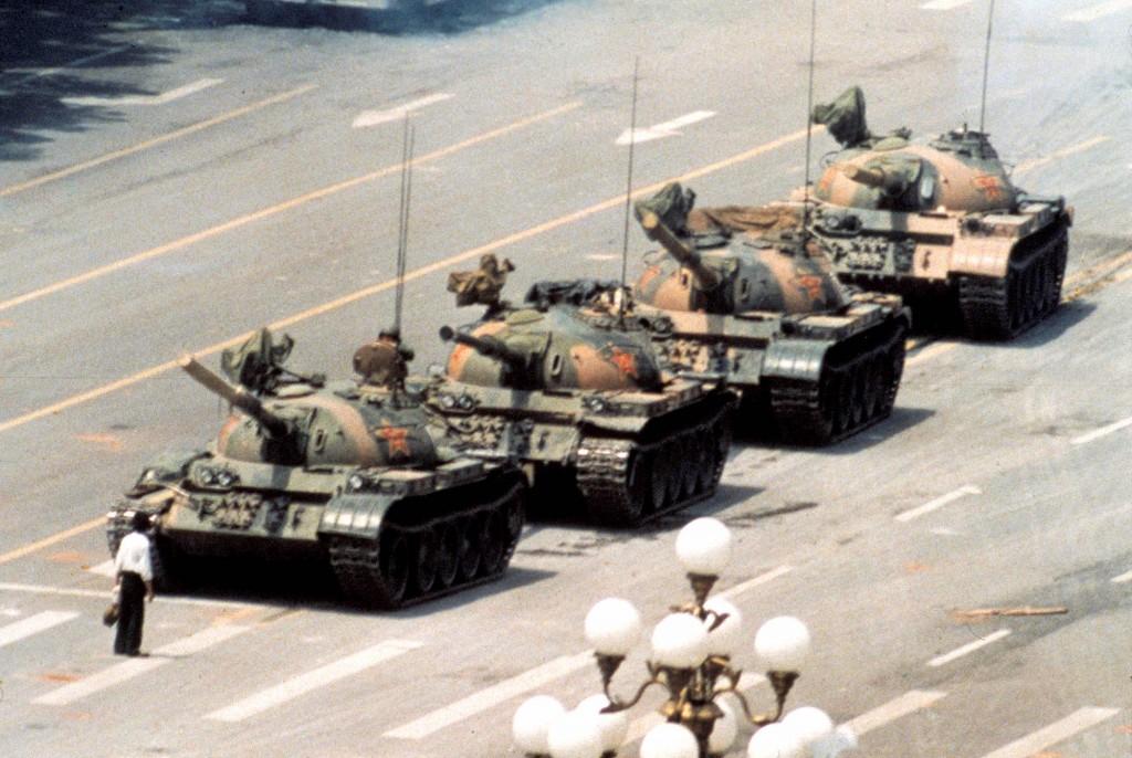 Wer kennt nicht das Symbolbild zum Massaker: der Typ, der sich mit Tragetaschen den Panzer stellt. Er wurde danach hingerichtet.