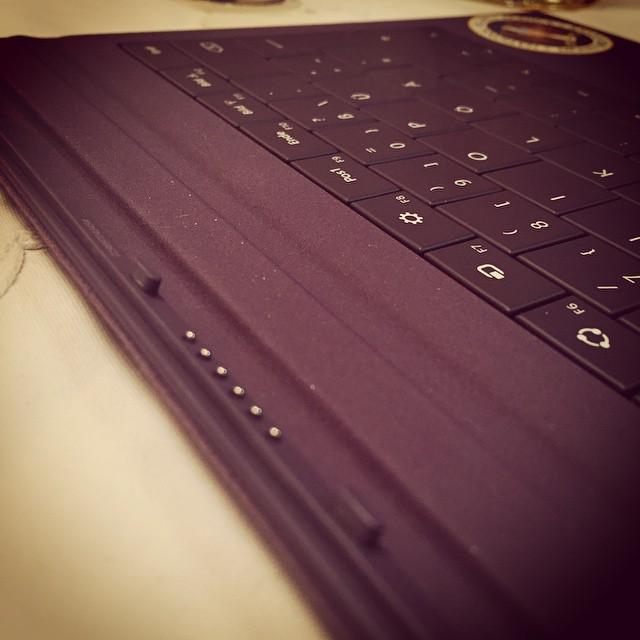 Die Tastatur ist eigentlich ganz gut, aber die Anbindung ans Tablet ist etwas konventionell.