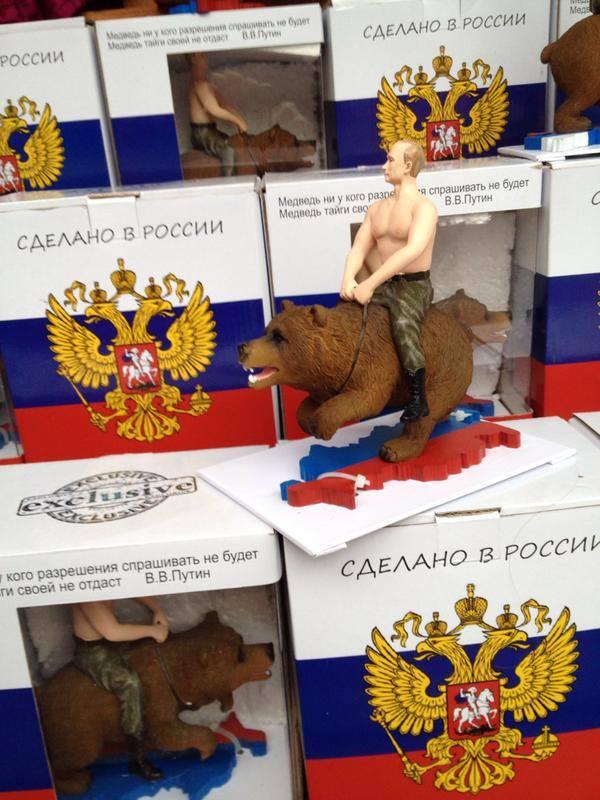 Putin als Actionfigur auf Bären reitend, mit Ständer