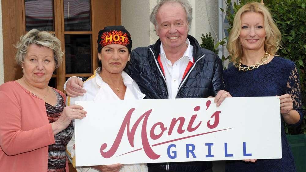 """Unter der Regie von Franz Xaver Bogner betreiben Sarah Camp, Christine Neubauer und Monika Gruber am Münchner Viktualienmarkt """"Moni's Grill""""."""